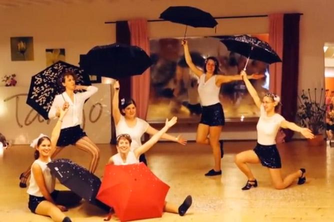 Tanzen mit dem Regenschirm