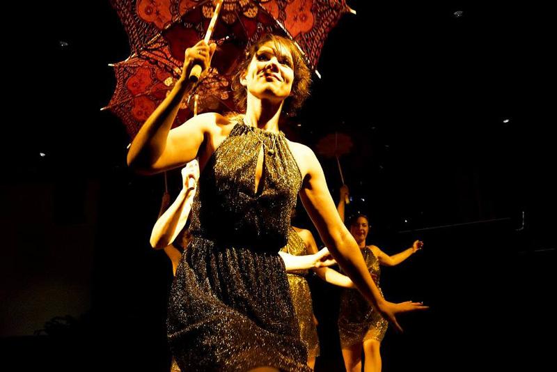 Gold, Glitzer und Glamour! Chorus Girls tanzen in der Rosenau