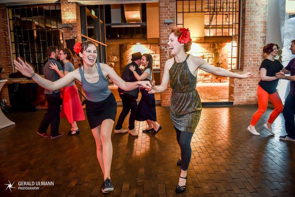 Social Dance, Schnupperkurs & Shows mit den Chorusgirls bei der SWR Bigband